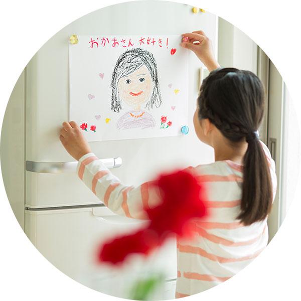 プリントがなくなったおかげで冷蔵庫に好きな絵を飾れるようになった様子